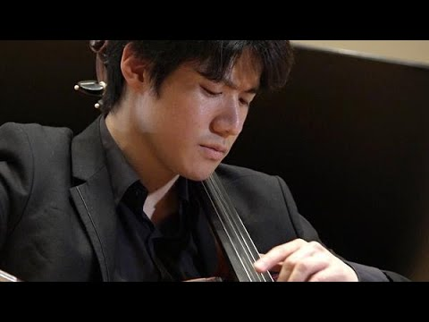 15歳で渡英。王立音楽大学在学中にブラームス国際コンクール、ウィンザー祝祭国際弦楽コンクールに優勝。2019年第17回齋藤秀雄メモリアル基金賞受賞。2011年フィルハーモニア管弦楽団との共演でデビュー、以来国内外の主要オーケストラをはじめ、ウィグモア・ホールなどヨーロッパ各地の著名ホールに招かれているほか、これまでにアシュケナージ、ゲリンガス、一柳慧、小澤征爾、小林研一郎などと共演を重ねている。CDは「ラフマニノフ:チェロ作品全集」など3枚をリリース。